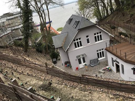 Am Steilhang helfen Terrassenbauweise und Bepflanzung dabei, Erosion zu verhindern und langhaltige Hangstabilität zu gewährleisten