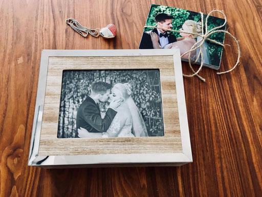 Hochzeitspaare erhalten ihre Fotos in einer schönen Fotobox mit einem besonderen USB-Stickund auf Wunsch auch als Download oder Online-Galerie zum Teilen mit Freunden und Verwandten.