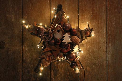 Brauner Stern mit einem Häuschen, Dekoration für dein Fenster.