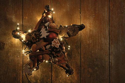 Beidseitig gefertigter Stern in braun mit eingearbeiteter Lichterkette.