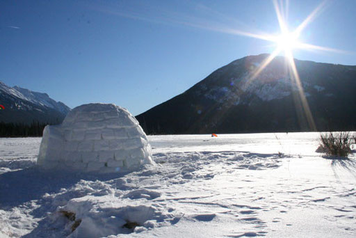Construction et nuit en igloo