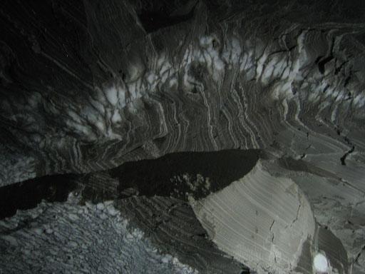 Deckenformation in der Höhle bestehend aus Jahrhunderte alten Kalkablagerungen.