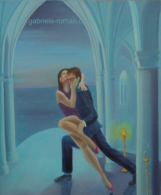 Ein Paar tanzt eng umschlungen Tango in gotischer Kapelle. Meer aufgangim Hintergrund. Eine Kerze erleuchtet das Ambiente, während eine andere erloschen ist.