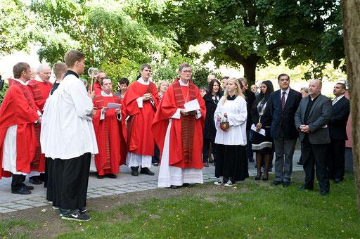 Kardinal Woelki 'weiht' die Häuser auf den Namen Arnold Fortuin, 2. von rechts Romani Rose