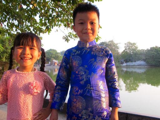 stolz tragen die Kinder ihre traditionellen Kleider