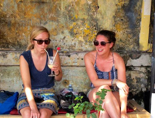 zwei Holländerinnen bei der Nachmittags-Jause