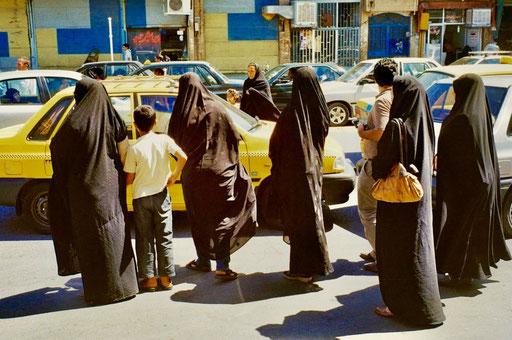 die Frauen treaditionell in schwarz gekleidet