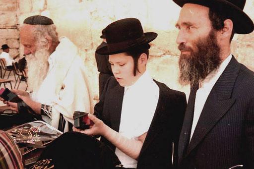 laut rezitierte dieser gläubige Jude aus seinem Gebetsbuch