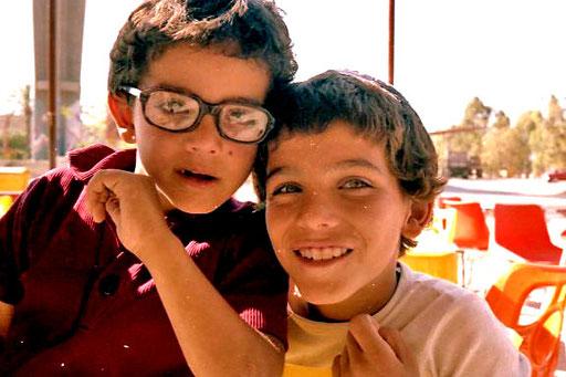 beim Frühstück von israelischen Kindern umlagert