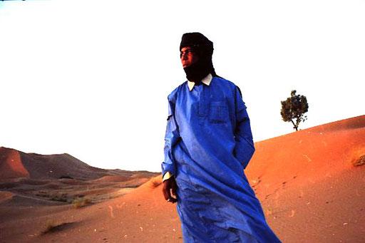 ein Marokkaner im blauen Gewand eines Tuareks