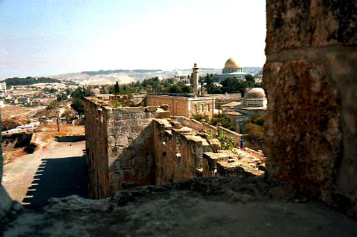 allein wanderte auf der Stadtmauer rundum das alte Jerusalem