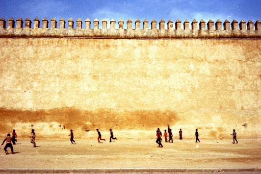 beeindruckend die 12 m hohe Stadtmauer von Fes