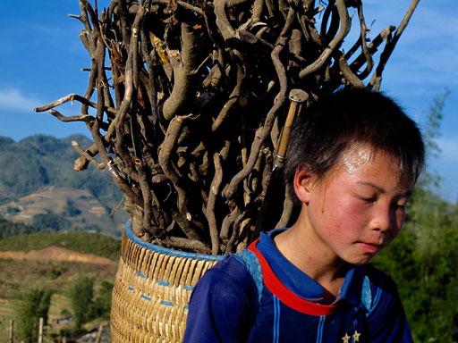 mit einem Korb voller Bruch-Holz, rannte dieser Junge den Berg hinauf