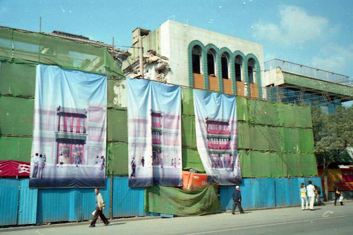 hohe Bauzäune verdeckten die Baumaßnahmen einer neuen Zeit