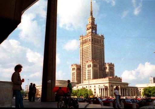 alles überstrahlend das Parlaments-Gebäude im Stalin-Look