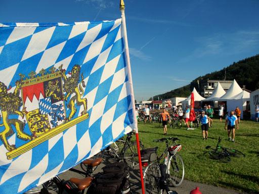 Echte Freistaats-Patrioten schleppen die bayerische Fahne unermüdlich hinter sich her