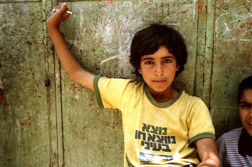 ein palästinenischer Junge mit einem ernsten Gesicht