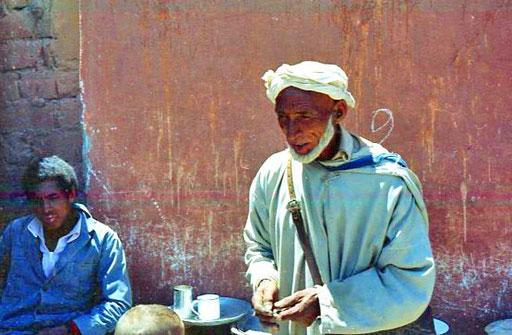 dieser Berber bezahlte mit einer alten, grossen Kupfermünze