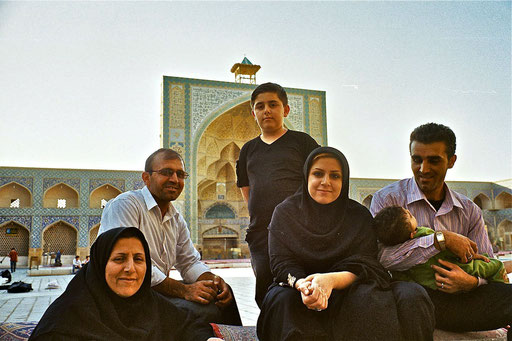 Pilgerfamilie im Hof der Freitags-Moschee