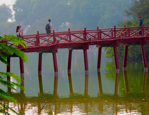 rote Holzbrücke zum Den Ngoc Son-Tempel