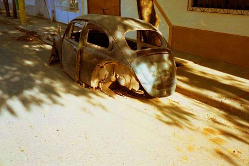 ein total ausgeschlachtetes VW-Käfer-Wrack