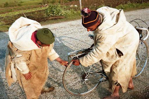 Kamal und Hassan bei der technischen Reifen-Kontrolle