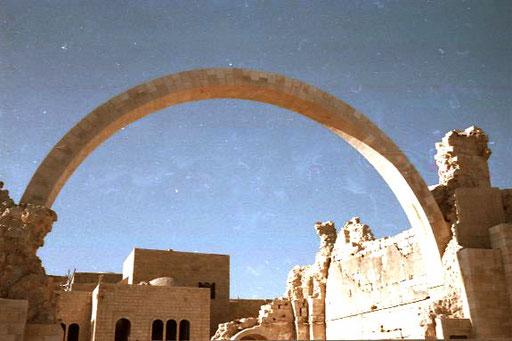 neue Architektur die auf Ruinen aufbaute