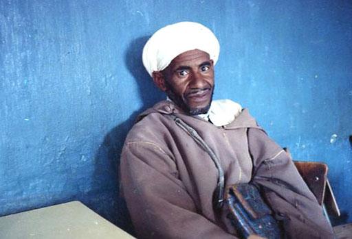 ein Berber mit seiner Leder-Umhängetasche