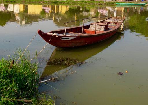 Idyll eines alten Holz-Bootes, das es so bei uns schon nicht mehr gibt