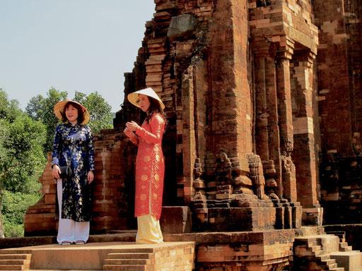 die festliche Kleidung paßte gut zu den historischen Gebäuden