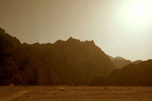 weite Wadis führten in das bis zu 2.000 m hohe Gebirge hinein