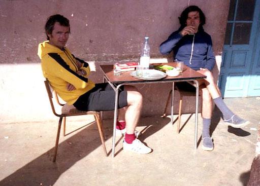 Wolfgang und Claus beim gemeinsamen Frühstück unter den Arkaden