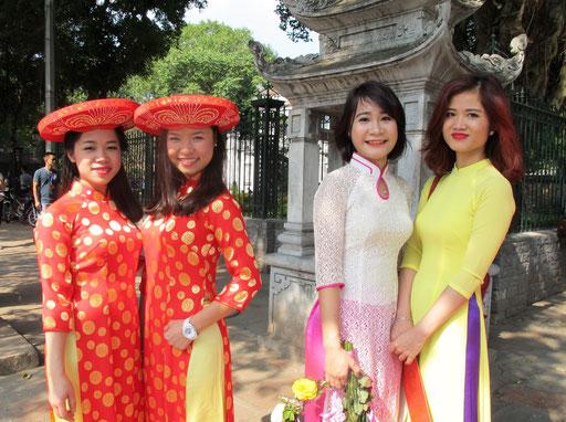 die stolzen Mütter mit Ihren schönen Töchtern