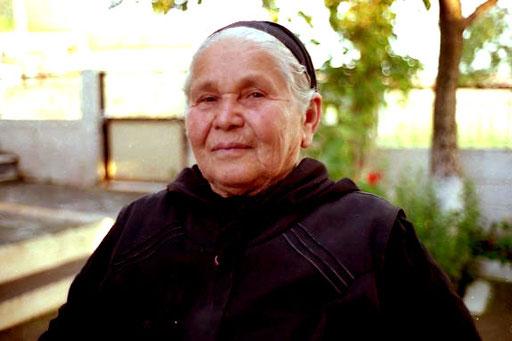 die Mutter von Tonio eine stolze, schwarzgekleidete Patriarchin