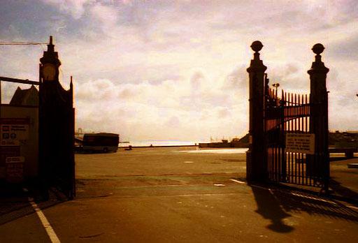 Einfahrt in das historische Hafen-Gelände