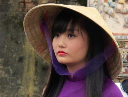 diese schöne Vietnamesin posierte stilecht vor einem alten Mauer-Tor