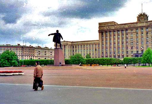 Einfahrt in St. Petersburg - am ersten grossen Platz, ein Lenin-Denkmal