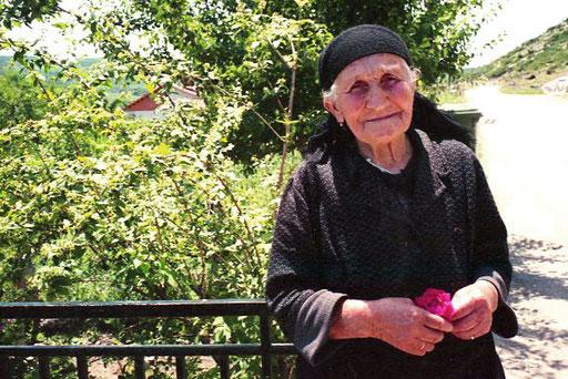eine alte Frau mit würdiger Ausstrahlung