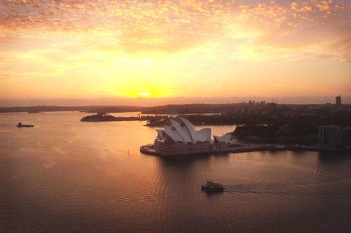die Oper von Sydney schien im Abendlicht sanft dahinzugleiten