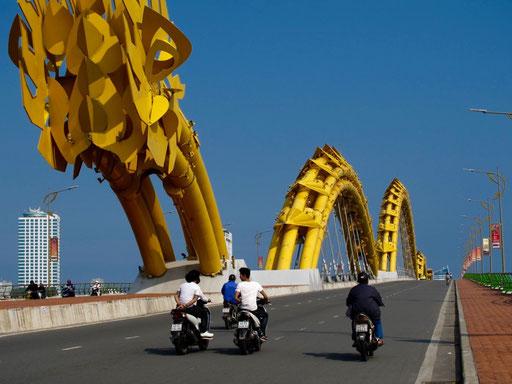 einem riesigen Drachen-Konstrukt ,glich die Brücke über den Han-Fluss