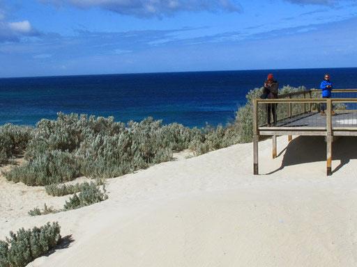 in der Seelöwen-Bucht - strahlend weiss der Strand und tiefblau das Meer