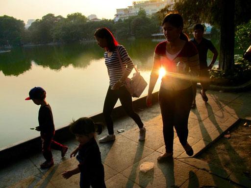 auf seiner breiten Ufer-Promenade zu flanieren gehört zum Schönsten in Hanoi