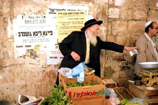ein orthodoxer Jude beim Einkaufen seiner Salate