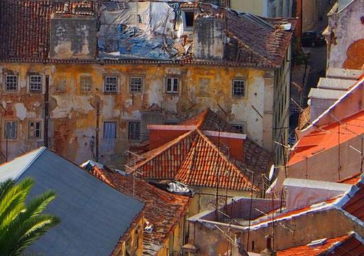 Blick auf die alten Dächer der Alfama