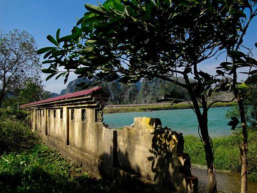 ein wilder Mauerabruch zum Fluß Tao hin