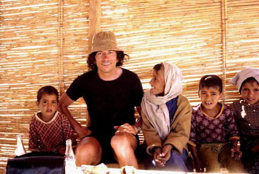eine kurze Rast zusamen mit lustigen Beduinen-Kinder