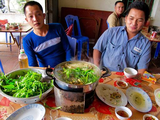 der Gemüsetopf dampft schon. Das Kochen und das Essen ist eine Einheit
