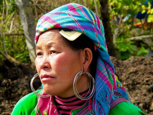 modischere Hmong-Frauen tragen ein buntes Kopftuch