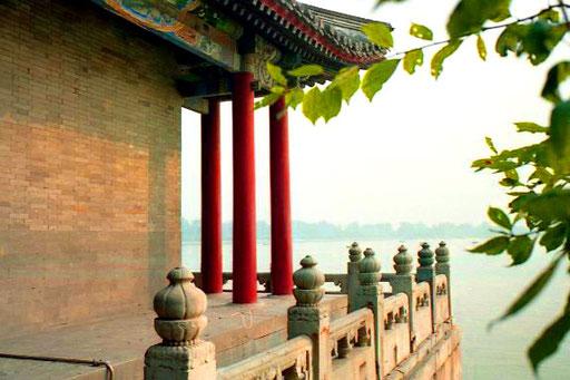 ein Terrassen-Pavillion mit drei karminroten Säulen