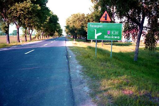 hinter Brest - erstes Strassenschild mit dem Ziel Moskau  - 1.200 km